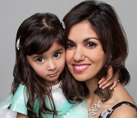 Bindu Suri | Journaliste et chef d'antenne, en photo avec sa fille