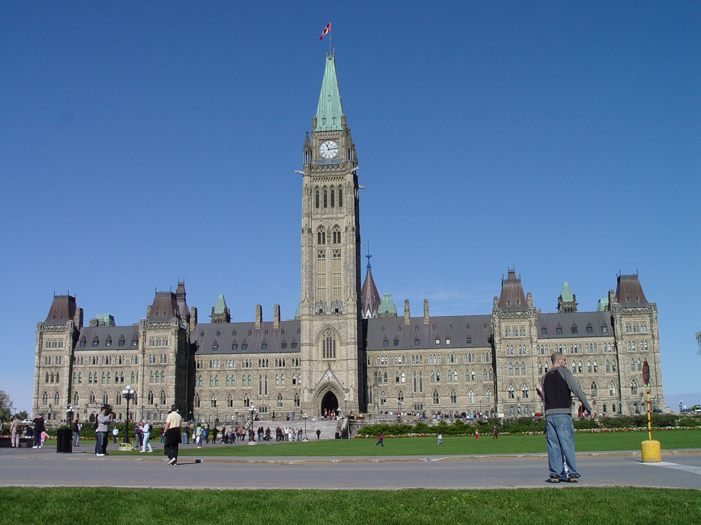 The Parliment buildings on a clear day