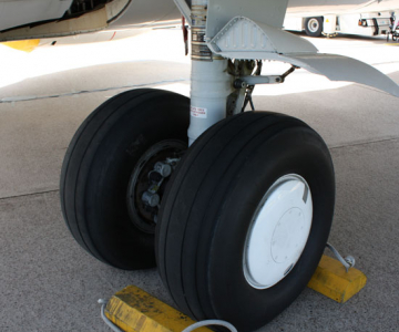 Above: Tires on a Boeing 737 (Wikimedia Commons/Politikaner)