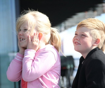 Two children listening to sounds (Helgi Halldórsson [CC BY-SA], Wikimedia Commons)