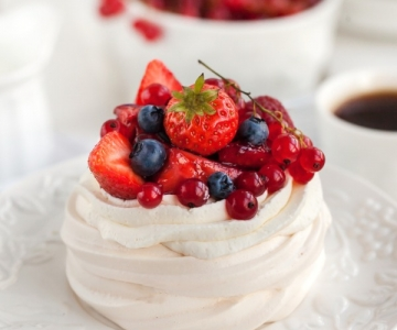 Pavlova meringue with fruit